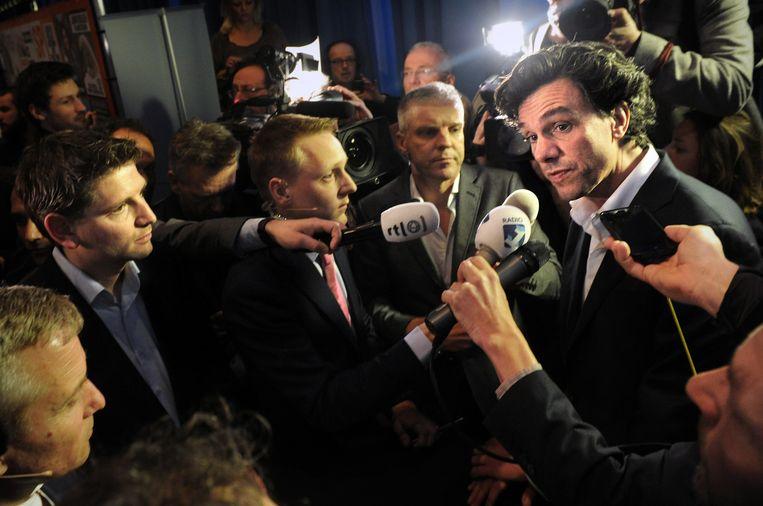 Pieter Hilhorst staat journalisten te woord op de de verkiezingsavond in 2014. Beeld Marcel van den Bergh / de Volkskrant