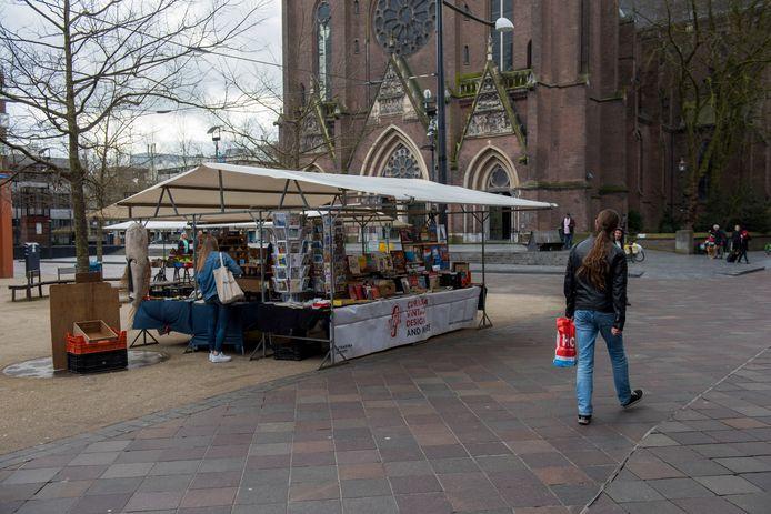 De kleine muziek- en kunstmarkt op het Catharinaplein is gewoon open ondanks de corona-uitbraak.