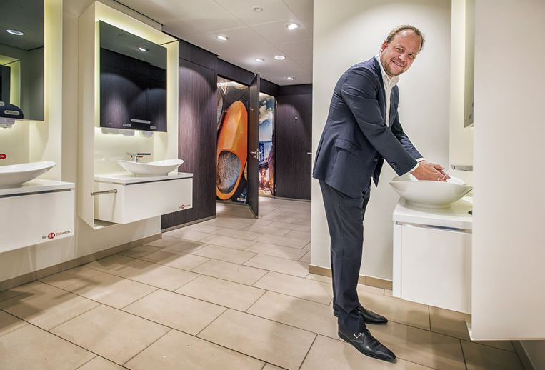 Almar Holtz bij 'zijn' wc bij Shell in Breukelen. 2theloo heeft een grote wereldwijde deal met Shell. Beeld Raymond Rutting / de Volkskrant