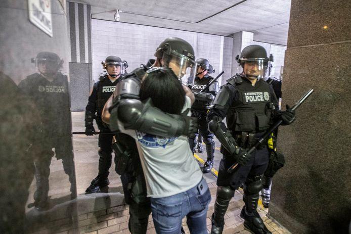 Une manifestante prend un policier dans ses bras à Lexington.