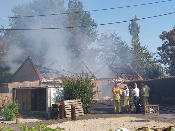 De loods brandde volledig uit.