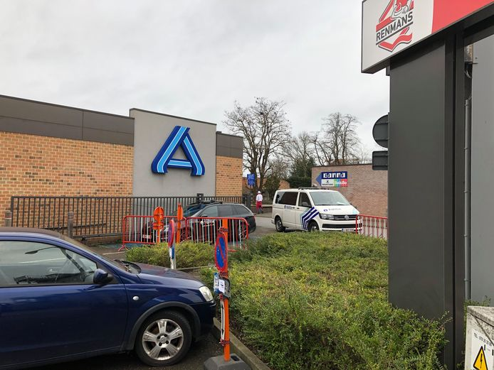 Een vrouw uit Londerzeel heeft klacht ingediend nadat een tiental jongeren haar en een andere vrouw hebben vernederd en verwond.