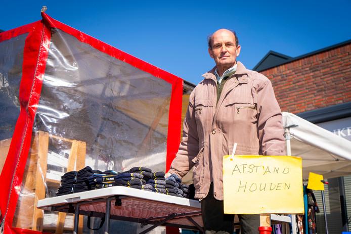 Zeger de Bruin stond donderdag met zijn sokkenkraam op de markt van Nieuw-Lekkerland.