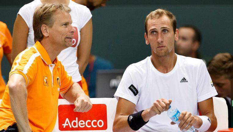 Jan Siemerink (l) in 2015, als captain van het Daviscupteam, in gesprek met Thiemo de Bakker Beeld EPA