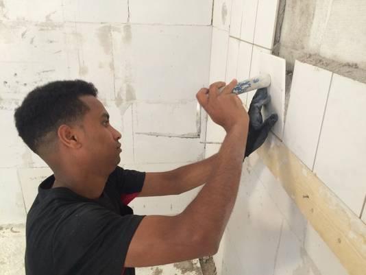 Statushouder Dawit Abraham aan het werk op de bouwschool.