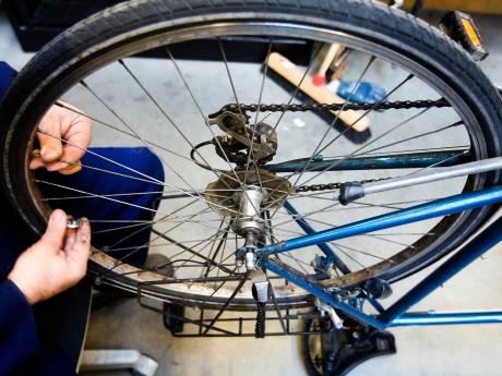 Eerste diploma's van fietsenmakersschool uitgereikt aan nieuwe assistent-fietstechnici