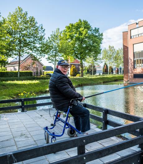 Toon (86) vist na rel nu legaal in Huissen: 'Als het weer het toelaat, zit ik hier elke dag'