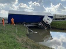Vrachtwagen belandt in water naast A15 richting Gorinchem