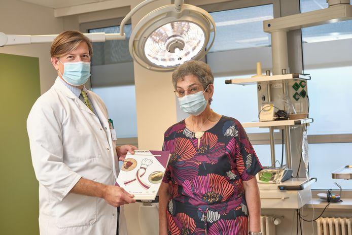 Dr. Olivier Lenssen en patiënt Helene Luyten. Lenssen heeft recepten ontwikkeld speciaal voor mensen met halskanker zodat zij opnieuw eenvoudig en smakelijk kunnen eten.