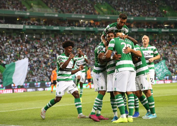 De spelers van Sporting juichen na een doelpunt.