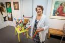 Expositie Honden, honden en nog eens honden. Twentse kunstenaars schilderen/fotograferen hun hond Tineke Metz met haar knuffelhond