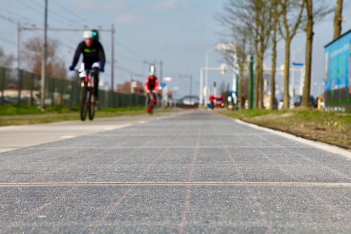 Het wegdek met zonnepanelen wordt al gebruikt als fietspad. Binnenkort dus ook op de busbaan.