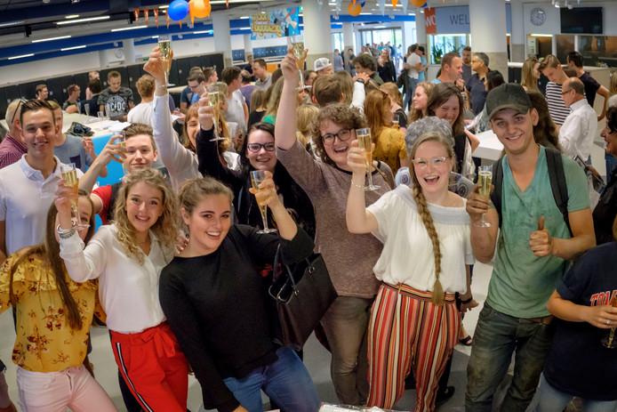Leerlingen van De Willem van Oranje toosten op het behalen van hun diploma's.