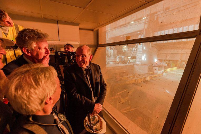 Ministers Pieter De Crem en Koen Geens kijken toe terwijl de wapens omgesmolten worden.