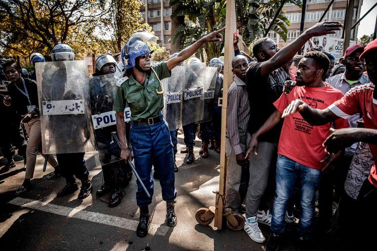 Oproerpolitie tegenover demonstranten in Harare. Beeld AFP
