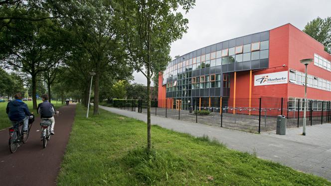 Het Thorbecke College. Hier werd onlangs het nekschopfilmpje gemaakt.