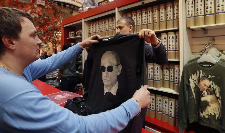 T-shirts met een afbeelding van de Russische leider vliegen de winkel uit op zijn verjaardag. Beeld epa
