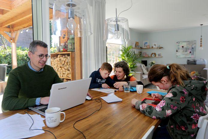 Maaike en Erik Merkx uit Oosterhout moeten met hun kindjes Oscar (7) en Femke (9) zien te dealen met de scholensluiting. Dat betekent constant improviseren, eigen werktijden aanpassen én voor juf en meester spelen.