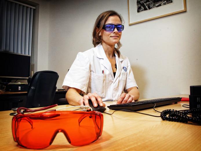 Doenja Hertog draagt tijdens haar nachtdienst in het UMC de blauwe bril, als ze klaar is gaat de oranje bril op