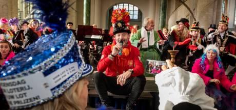 Kerk afgeladen vol leutvierders tijdens Oeledienst in Breda: 'Mag er over (broeks)pijpen gezongen worden?'