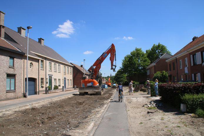 De werken in de Neerstraat zijn begonnen. Fietsers en voetgangers kunnen er nog door, auto's niet meer, maar dat heeft niet iedereen begrepen.