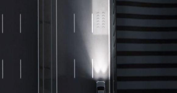 Zodra de camera's van de assistentiesystemen de rijstrookmarkeringen onderscheiden, is op een meter of tien voor de auto een lichttapijt zichtbaar.