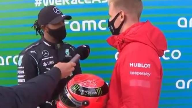 Mooi gebaar van Mick Schumacher: hij geeft helm van zijn papa Michael aan Hamilton na evenaring record