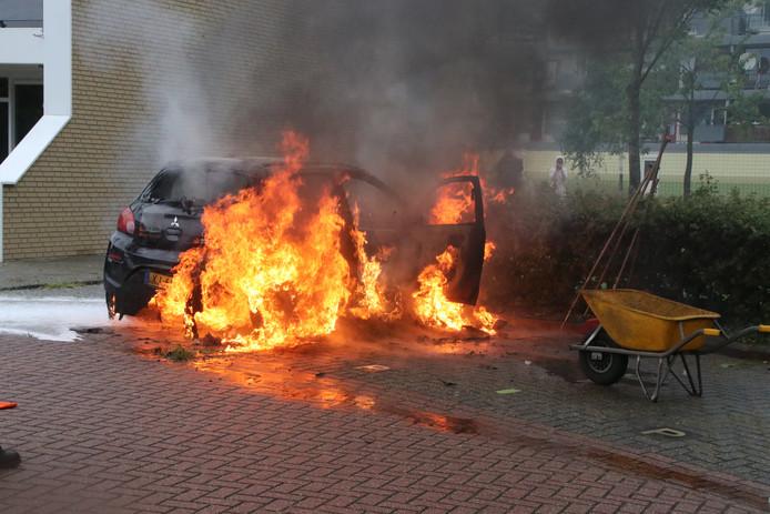 Een auto staat in brand op het Vreebos in Zoetermeer