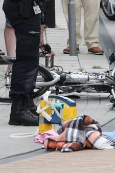 Bestelbus raakt fietsers in Holten en rijdt door