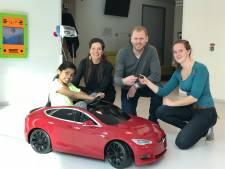 Jonge patiëntjes scheuren in een felrode Tesla naar de operatiekamer