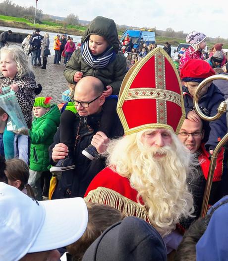 Sinterklaas vaart Doesburg voorbij