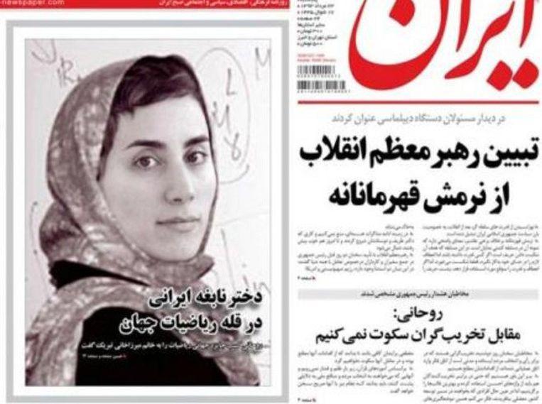 De foto in regeringskrant 'Iran' waar een sluier over het hoofd van Mirzakhani is gephotogeshopt. Beeld null