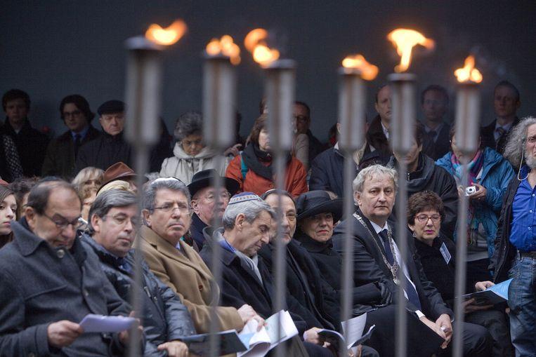 Jom Hasjoa, de jaarlijkse herdenking der Joden van de slachtoffers der naziterreur. Het evenement vindt als vanouds in de Hollandsche Schouwburg plaats. In het midden met keppeltje en grijze das Ron van der Wieken. Beeld Novum
