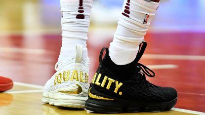 LeBron James maakt statement met zwarte en witte schoen