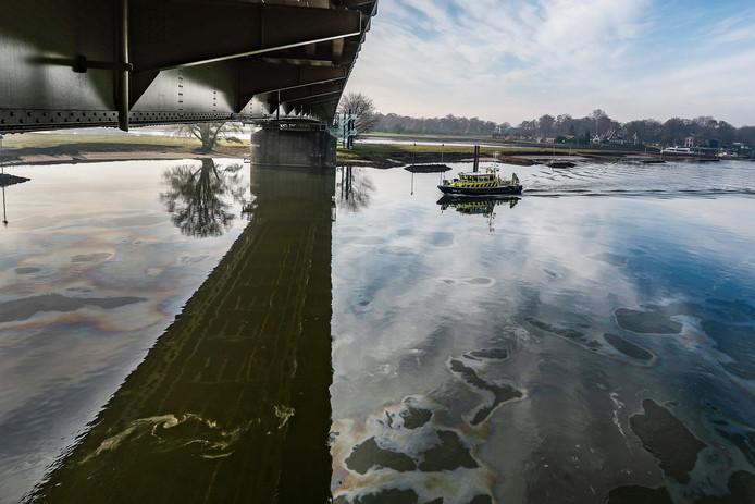 Rijkswaterstaat is met een boot op onderzoek uitgegaan.