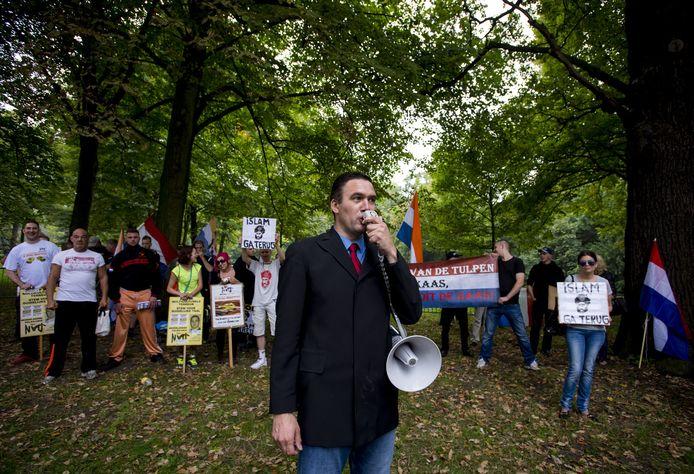 Constant Kusters, leider van de Nederlandse Volks-Unie (NVU), spreekt tijdens een demonstratie in Den Haag.