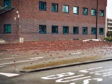Deel van gevel Stadskantoor belandt op straat in Tilburg,  één gewonde