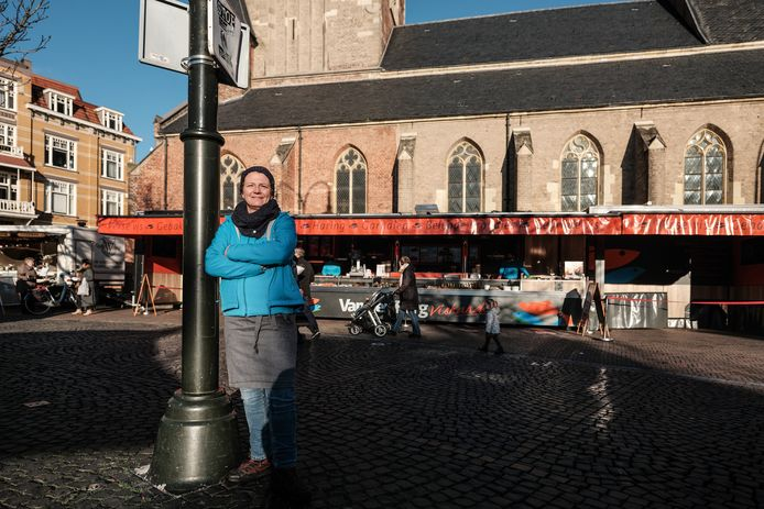 Vishandelaar Judith van Dijk-van den Berg bij haar kraam op de Markt in Winterswijk.