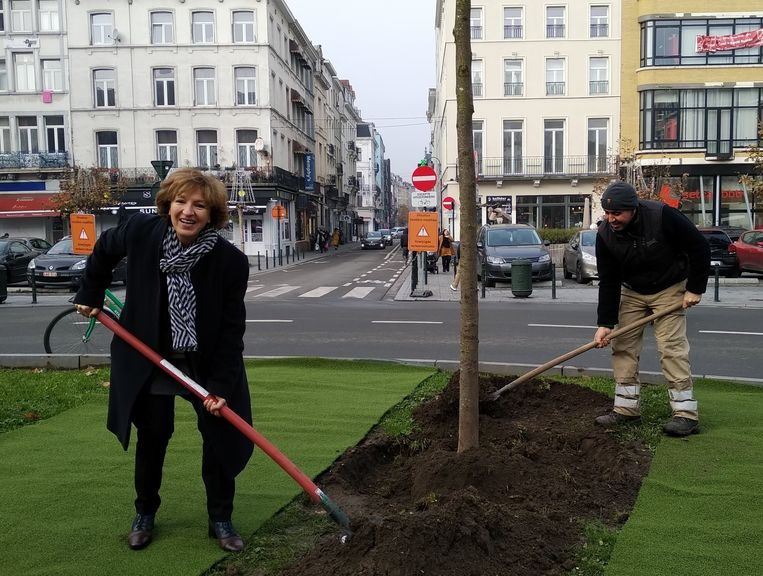 Schepen Jellab (l) plantte dinsdag zelf de eerste boom.