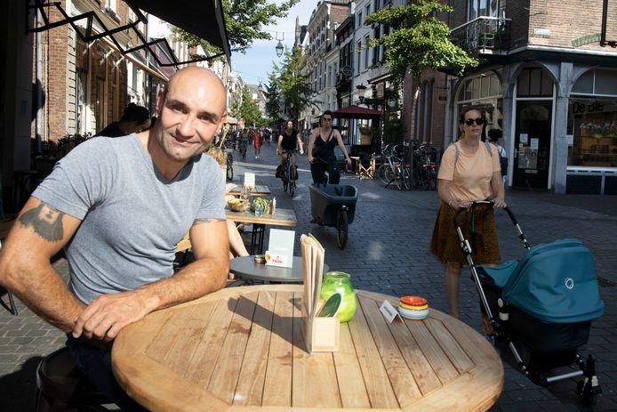 Perry Ubeda bij zijn lievelingsplek: het terras aan de Lange Hezelstraat in Nijmegen.