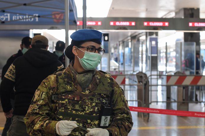 Een soldaat houdt de wacht aan het treinstation in Rome.