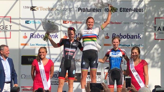Wereldkampioene Chantal wint bij de vrouwen bij de Profwielerronde Etten-Leur 2018. Tweede is Lizzy Witlox en derde Aafke Soet.