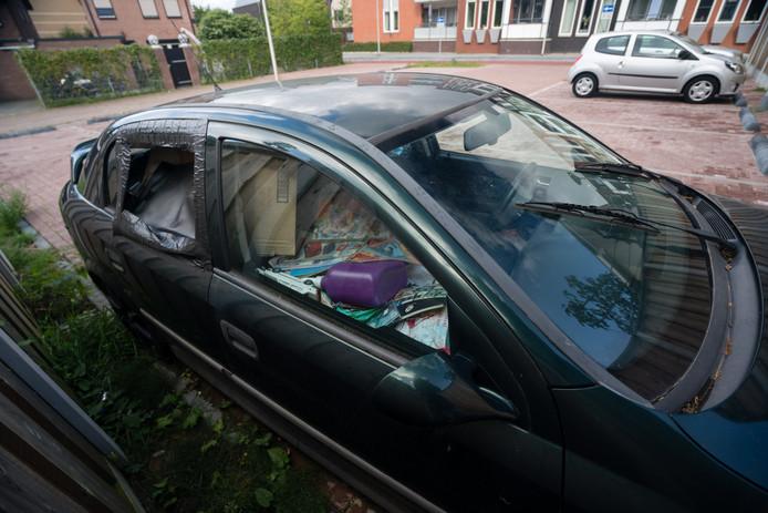 ENSCHEDE - De verwaarloosde auto aan de Begoniastraat heeft de aandacht van de politie en de gemeente. foto Wouter Borre