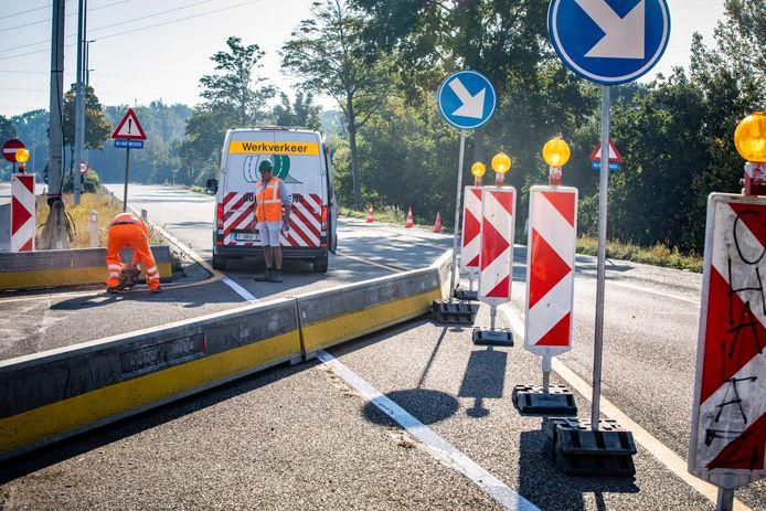 Op de plaats waar de wagen van de weg ging, zijn werken bezig.