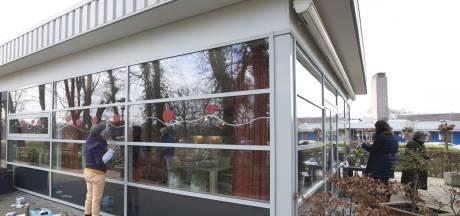 Vrijwilligers fleuren Almelose Hospice Het Meulenbelt op met stoepkrijt en plakkaatverf