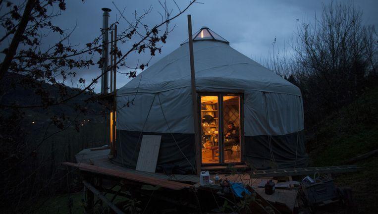 De groep 'néoruraux' in Saint-Franc, in de Savoie in Zuidoost-Frankrijk, woont onder andere in een bijzonder soort tent. Beeld Bart Koetsier