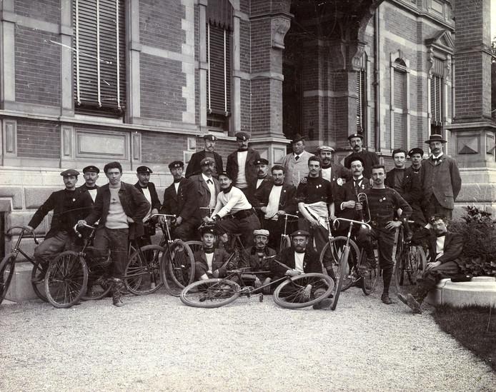 Arnold Jurgens in het midden in een licht pak. Op de achtergrond het toenmalige Villa Johanna, nu museum Jan Cunen.
