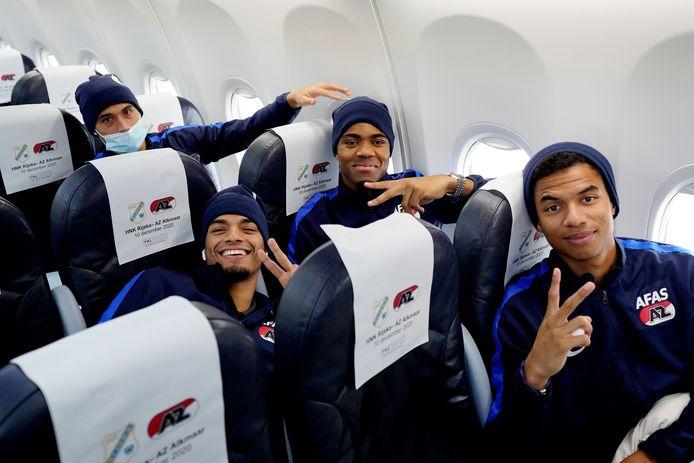 Vrolijke gezichten op de vlucht naar Kroatië. Vanaf links: Tijjani Reijnders, Owen Wijndal, Myron Boadu en Calvin Stengs.