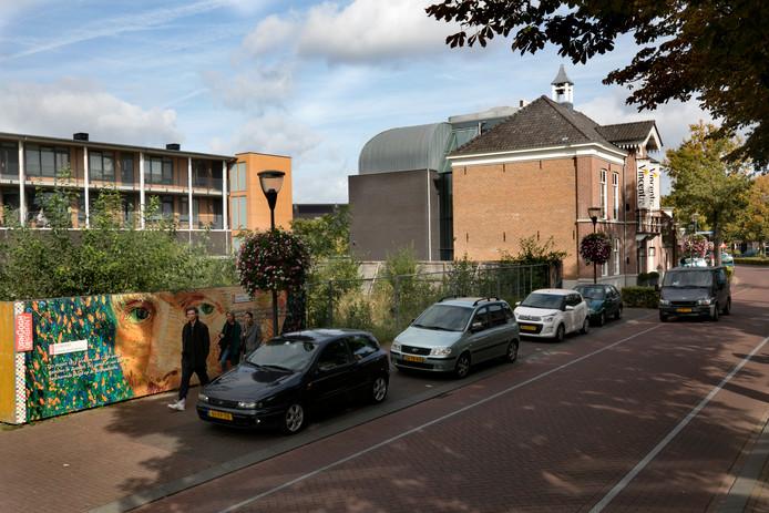 Het Vincentre in Nuenen, met op de voorgrond het terrein waar de aanbouw moet komen.