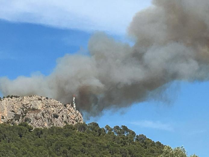 De brand is goed te zien vanaf camping Castell Montgri.